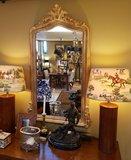 franse spiegel boven schrijftafel