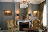 franse spiegel boven schouw in woonkamer