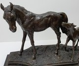 bronzen paard met veulen op marmer horse foal bronze