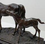 bronzen paard met veulen horse foal bronze op sokkel