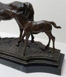 bronzen paard met veulen horse foal bronze