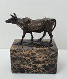 bronzen koe bronze cow op marmer