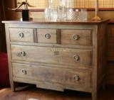 Ladenkast in vergrijsd eikenhout met notenhout gecombineerd_