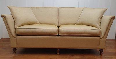 Engelse sofa met strakke uitlopende armen en bolpoot met messing wiel