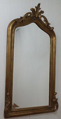 Franse spiegel met koof en krullen onderaan de lijst