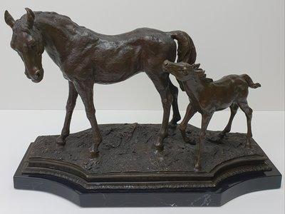 Brons beeld paard met veulen op marmer voet
