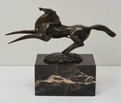 Brons beeld van artistiek modern paard op marmer sokkel