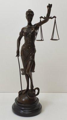 brons beeld van vrouwe justitia