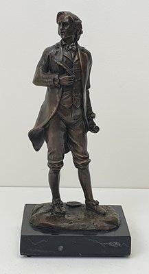 Brons beeldje van Mozart op natuursteen