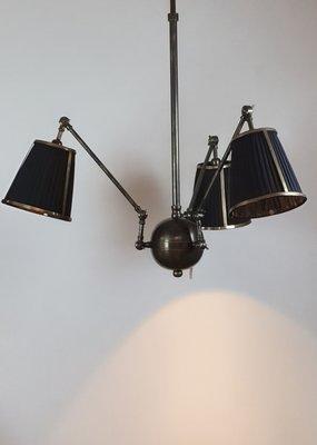 3 armige luchter in hoogte verstelbaar met zwarte hangkapjes afgewerkt met messing brons kleur
