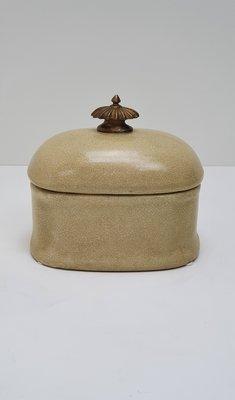 ovaal aardewerk bakje roomwit en craquelé effect knopje op deksel is brons messing