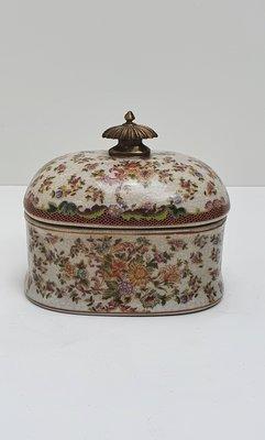 ovaal aardewerk bakje met bloemmotief en deksel messing knop