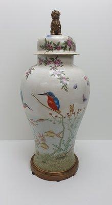 Grote vaas aardewerk met deksel met messing brons hond craquelé roomwit met figuren getekend als vis schilpad vlinders vogels bloemen