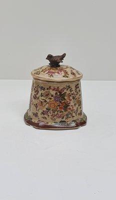 gebloemd aardewerk potje met deksel en messing brons vogeltje als handvat