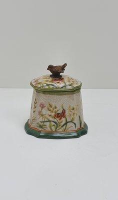 gebloemd decoratief aardewerk potje met deksel incl. vogeltje van messing brons als handvat aardewerk heeft als basiskleur roomwit met bloemen in de kleuren groen beige