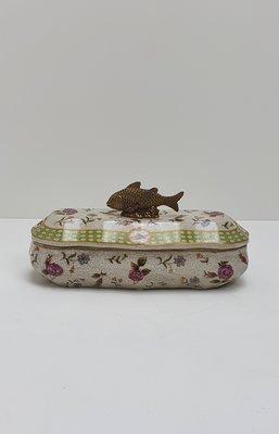 ovaal gebloemd potje met deksel en vis van messing brons als handvat