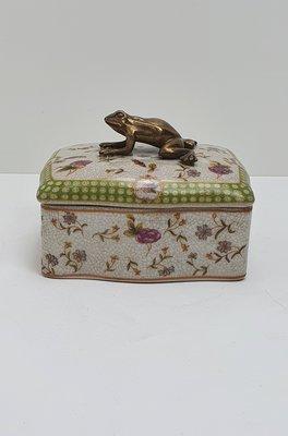 rechthoekig doosje aardewerk gebloemd met messing kikker als handvat