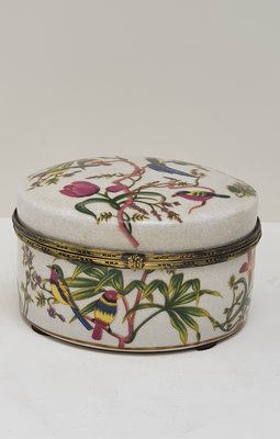 aardewerk rond doosje met craquelé ondergrond en gebloemde decoratie met vogels