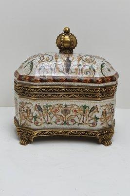 langwerpige aardewerk box met messing rand en pootjes en messing kroon als handvat