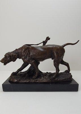bronzen jachthond op marmer voet