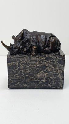 brons beeld van slapende neushoorn op marmer