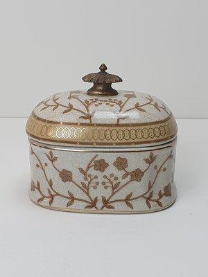 ovaal aardewerk bakje met goud bloemmotief en deksel messing knop