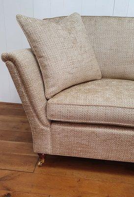 Engelse sofa met hoge strakke arm en messing wiel