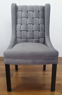 Luxe stoel met hoge gevlochten rug van stof in lichtblauwe kleur