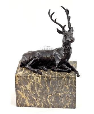 Brons beeld liggend hert op marmeren sokkel