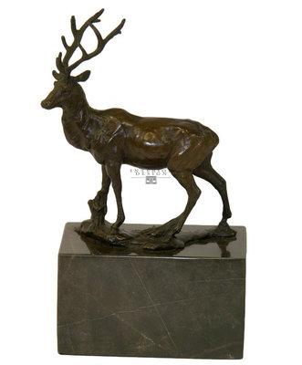 Brons beeld staand hert op marmeren sokkel