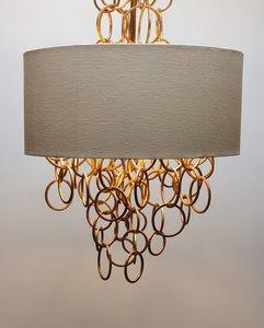 hanglamp kroonluchter met metaal gouden ringen in een ecru kap Labyrinthe