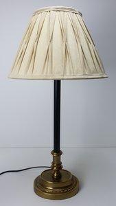 lampvoet is ovaal met goud en parelrand buis is zwart. De lamp is incl. geplooide lampenkap waardoor het een klassiek maar zeke