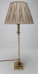 roomwit met messing detail lampvoet in combinatie met een geplooide lampenkap