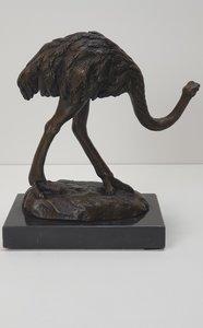 struisvogel van brons op marmer voet