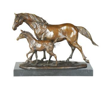 Brons beeld paard met veulen op marmeren voet